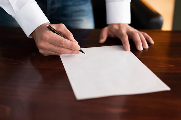 Empregado corporativo, escrevendo no papel em branco