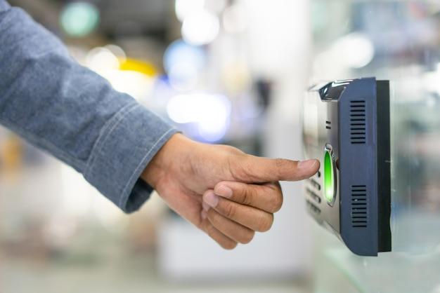 Empregado de digitalização de impressões digitais registrar horas de trabalho