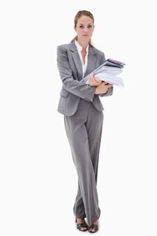 Empregado de escritório com pilha de papelada