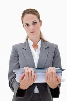 Empregado de escritório desesperado com pilha de papelada