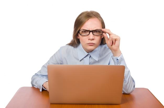 Empregado de escritório na mesa de trabalho com laptop isolado