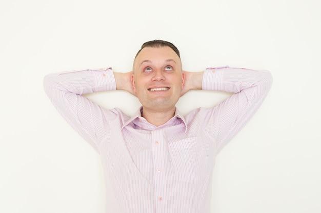 Empregado de escritório novo sonhador alegre que pensa da carreira bem sucedida.