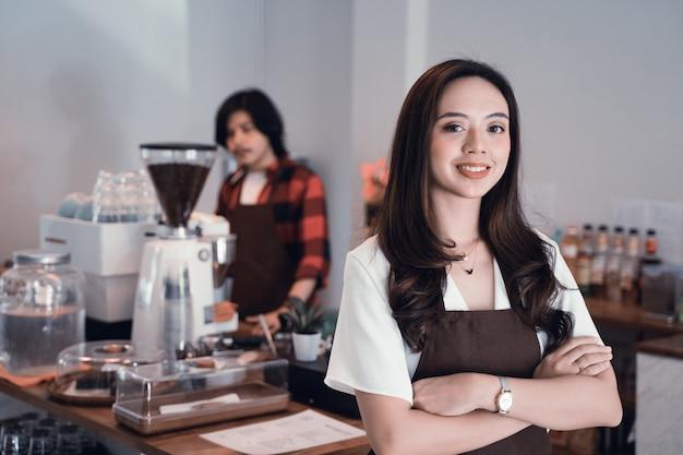 Empregado de mesa com avental close-up