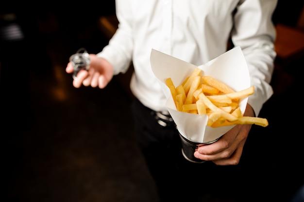 Empregado de mesa com batatas fritas francesas