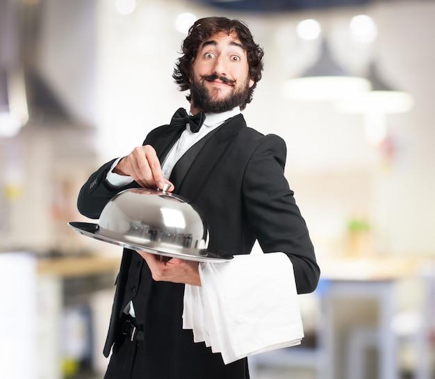 Empregado de mesa com uma bandeja