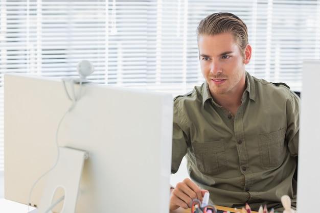 Empregado de negócios criativos tendo webcam videocall