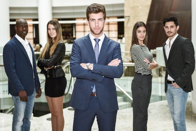 Empregado farpado com seus colegas de trabalho
