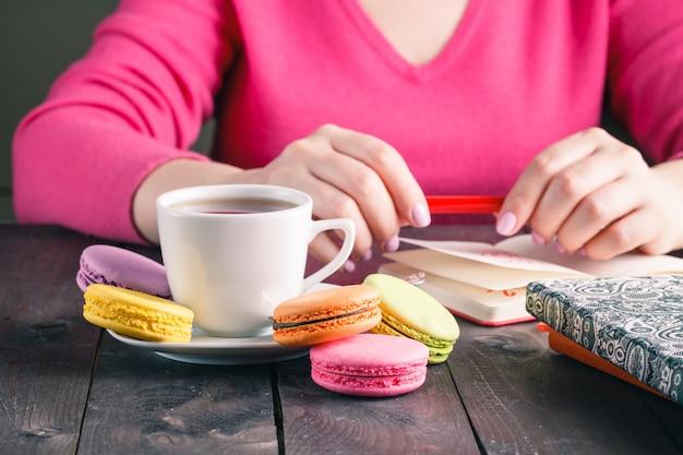 Empregado mulher bebendo café da manhã