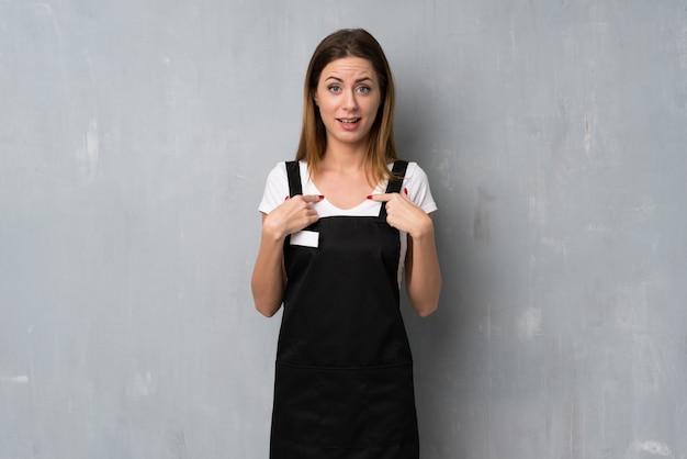 Empregado mulher com expressão facial de surpresa