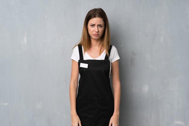 Empregado mulher com expressão triste e deprimida
