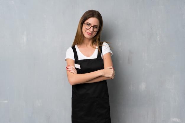 Empregado mulher com óculos e sorrindo