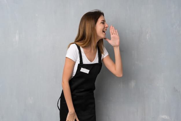 Empregado mulher gritando com a boca aberta para o lateral