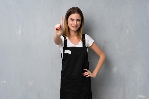 Empregado mulher mostrando e levantando um dedo