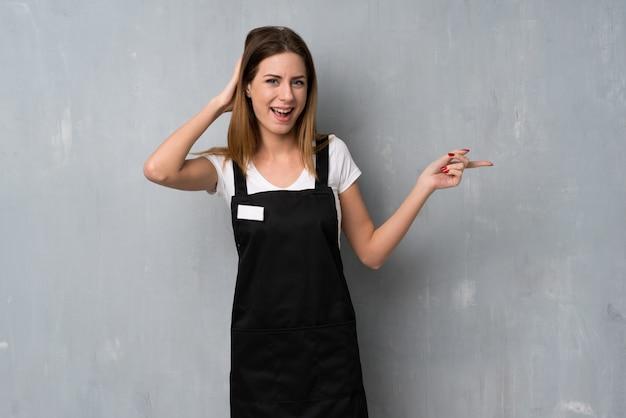 Empregado mulher surpreso e apontando o dedo para o lado