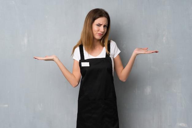 Empregado mulher tendo dúvidas ao levantar as mãos