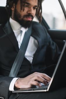 Empregado profissional usando laptop