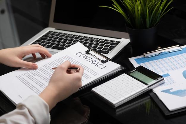 Empregado se familiariza com contrato em escritório elegante