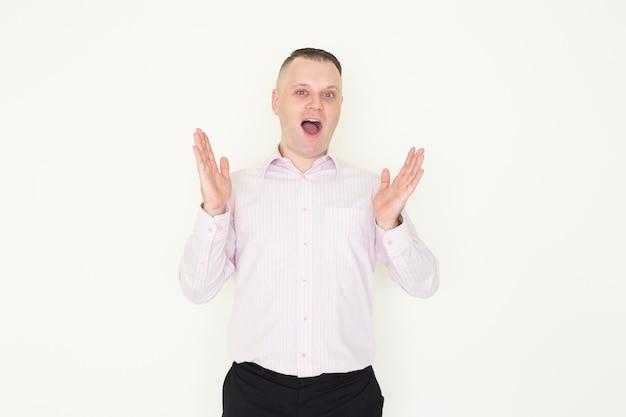 Empregado surpreso abrindo a boca de excitação, sabendo sobre vendas incríveis