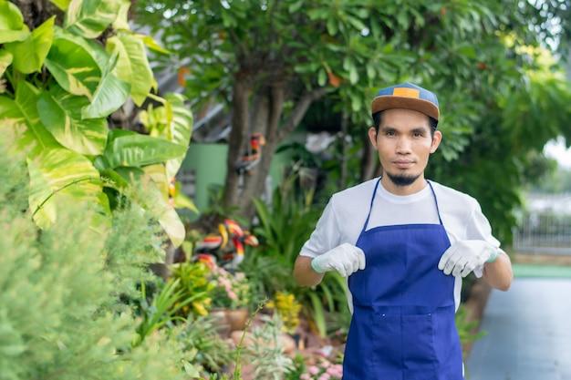 Empregado trabalhando em loja de plantas ornamentais