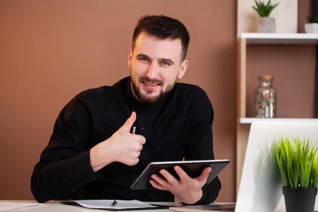Empregado trabalhando em um tablet no escritório