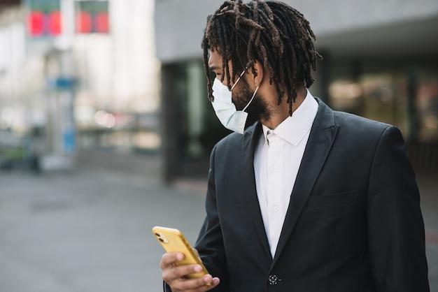 Empregado, usando máscara médica ao ar livre