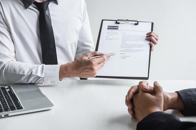 Empregador em uma entrevista de emprego, ouça as respostas dos candidatos que explicam sobre seu perfil.