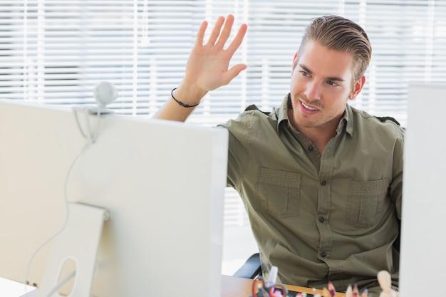 Empregador empresarial criativo que acena