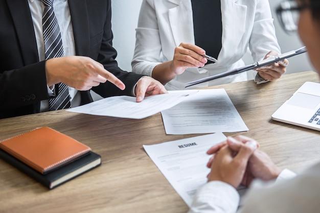 Empregador ou comitê entrevistando um candidato