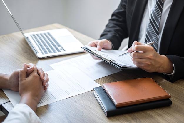 Empregador ou comitê segurando a leitura de um currículo falando durante o seu perfil de candidato, empregador de terno está conduzindo uma entrevista de emprego, emprego de gerente de recursos e conceito de recrutamento