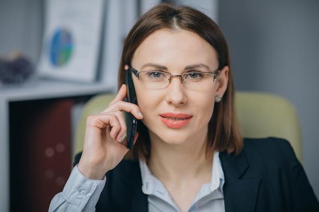 Empregador profissional do sexo feminino recebendo boas notícias animado feliz sorrindo alegre.