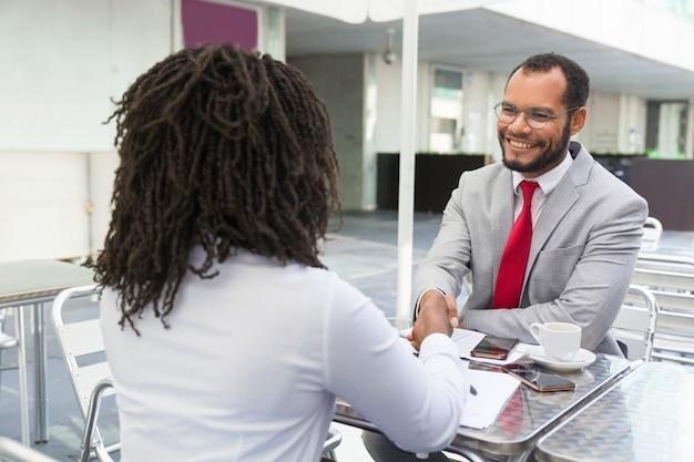 Empregador que dá boas-vindas ao candidato à equipe