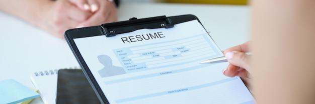 Empregador verificando currículo para close up de colocação de emprego