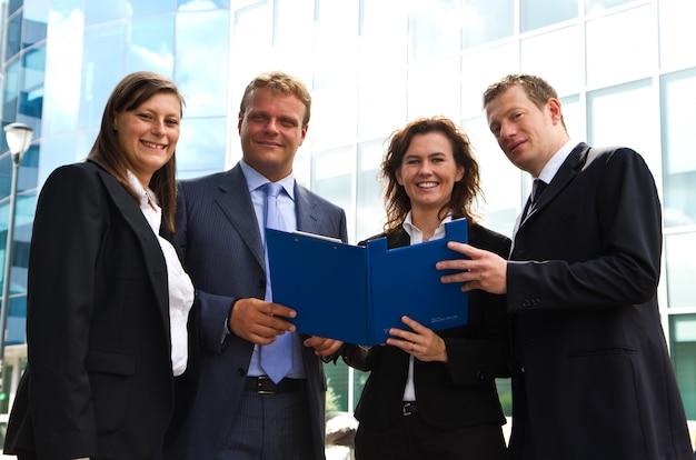 Empregados confiantes discutindo documento na reunião