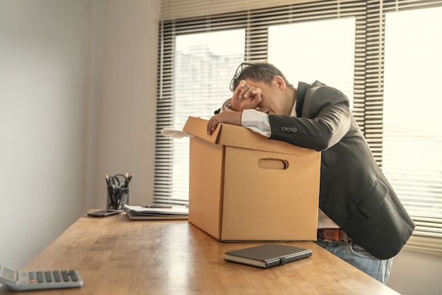 Empregados de arrependimento e para manter fora do escritório por causa de ser demitido de seu trabalho