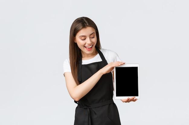 Empregados de mercearia pequena empresa e café conceito alegre amigável feminino café trabalhador ...