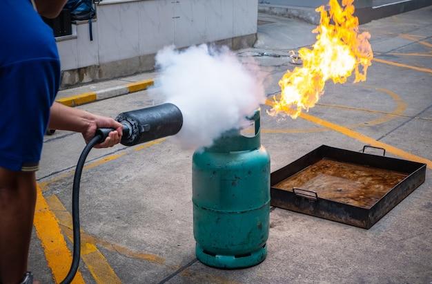Empregados de treinamento de combate a incêndios, extinguir um incêndio.