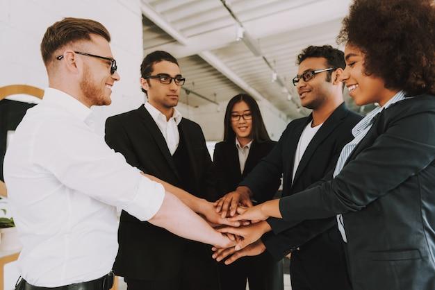 Empregados felizes é colocar as mãos uns sobre os outros.