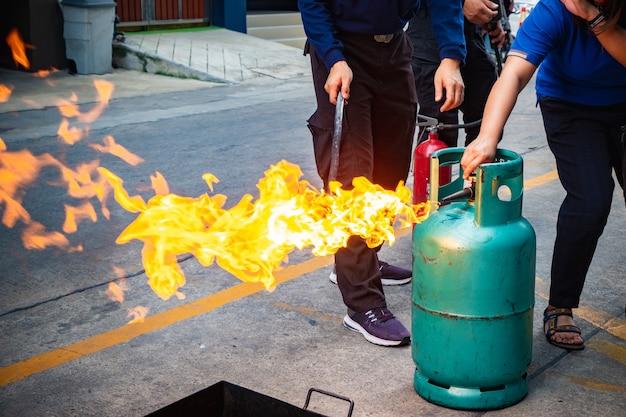 Empregados treinando combate a incêndios