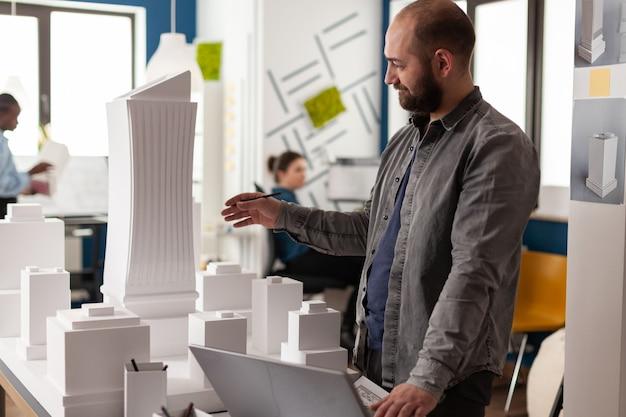 Empreiteiro de arquitetura trabalhando em escritório profissional
