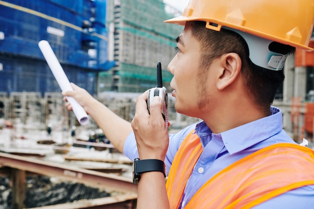 Empreiteiro falando em walkie-talkie