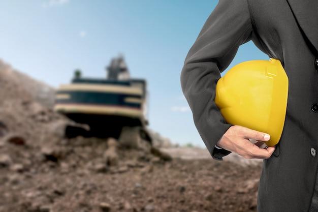 Empreiteiro homem segurando um capacete amarelo
