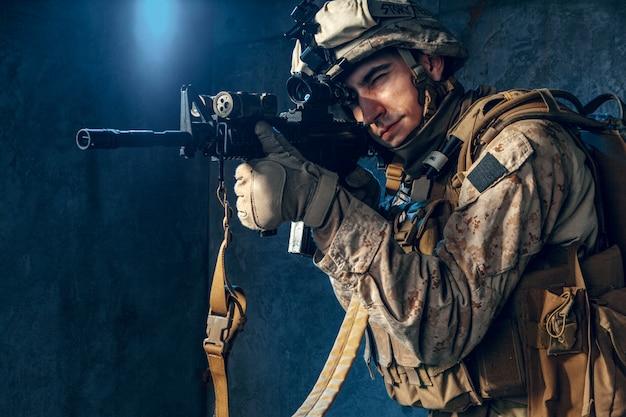 Empreiteiro militar privado americano que dispara um rifle. fotografia de estúdio