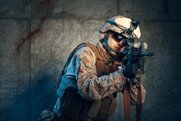 Empreiteiro militar privado americano que dispara um rifle.