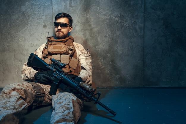 Empreiteiro militar privado americano que guarda o rifle.