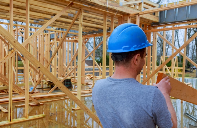 Empreiteiros de construção construindo nova casa