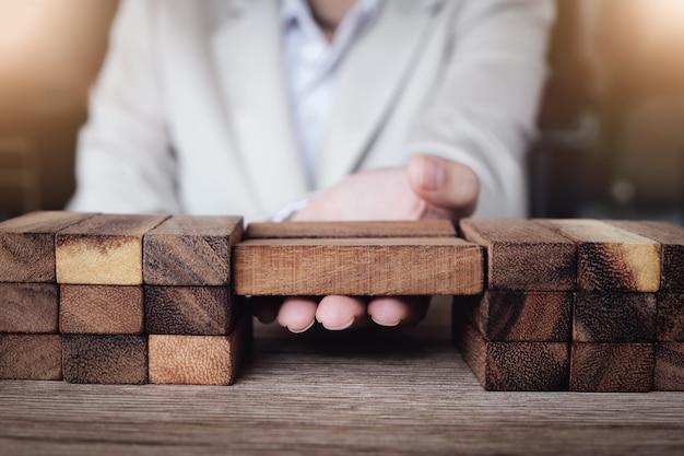 Empresa de negócios ou agente de suporte ao cliente para superar um obstáculo, suporte ao cliente e conceito de seguro de vida.