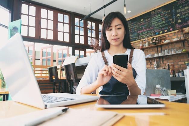 Empresa de pequeno porte: feliz proprietário de um café.