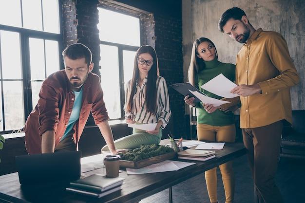 Empresa de quatro simpáticos empresários profissionais qualificados e agentes especialistas em ti