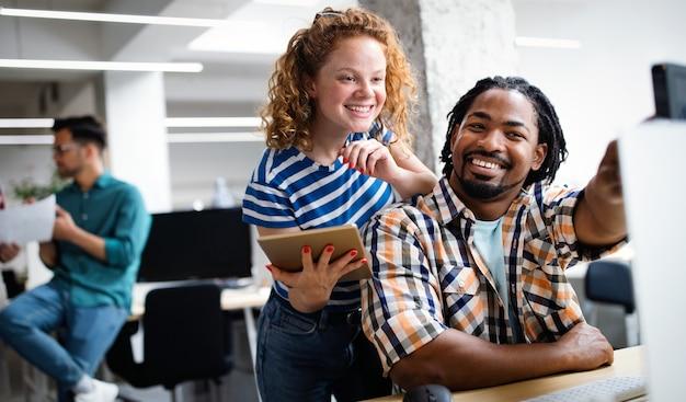 Empresa de sucesso com colegas de trabalho felizes em um escritório moderno