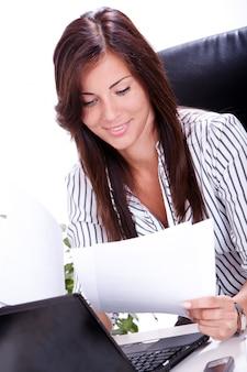 Empresária a papelada no escritório